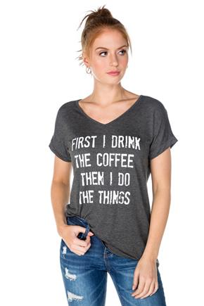 "T-shirt à imprimé ""First I Drink the Coffee…"""